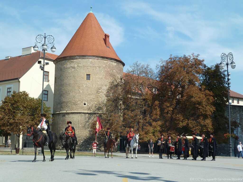 relève de la garde du régiment des cravates à kaptol devant la cathédrale de zagreb
