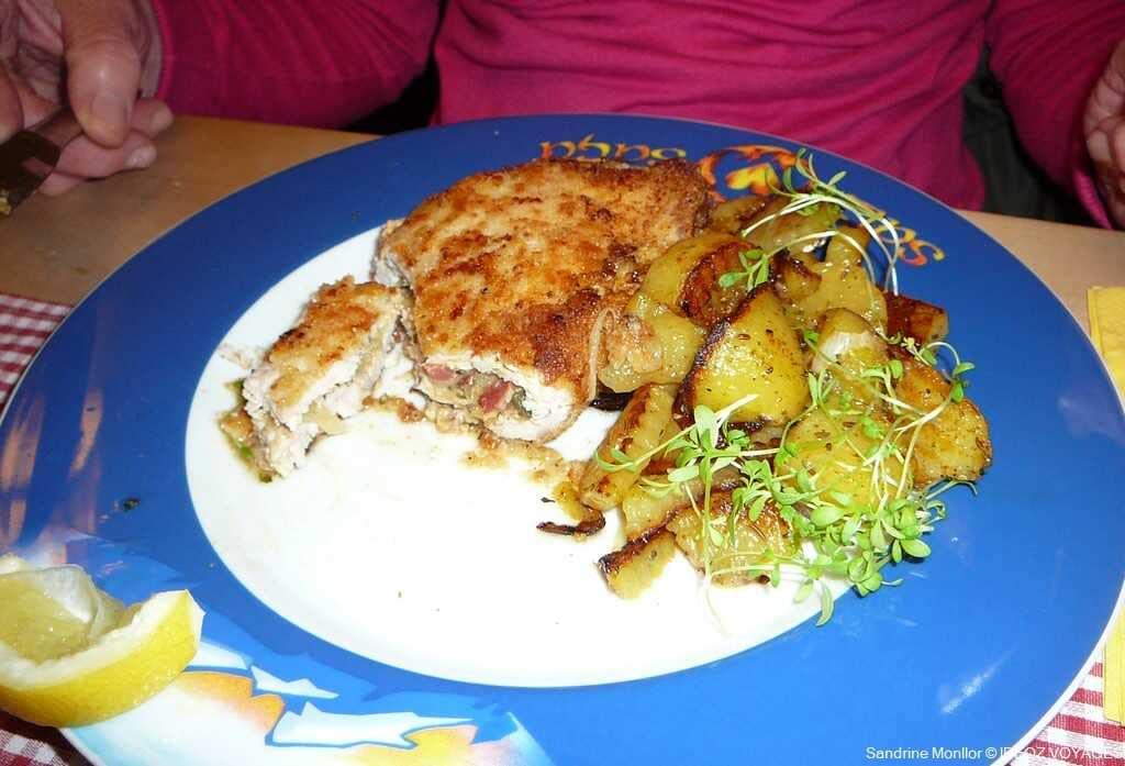 cordon bleu fourré au jambon et aux champignons avec pommes de terre au gasthof Bauerngirgl