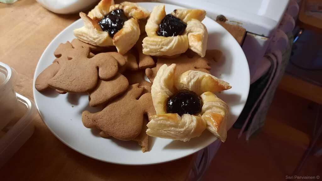 joulutortut et pipparkakut tartelettes au pruneaux et biscuits aux épices de noel
