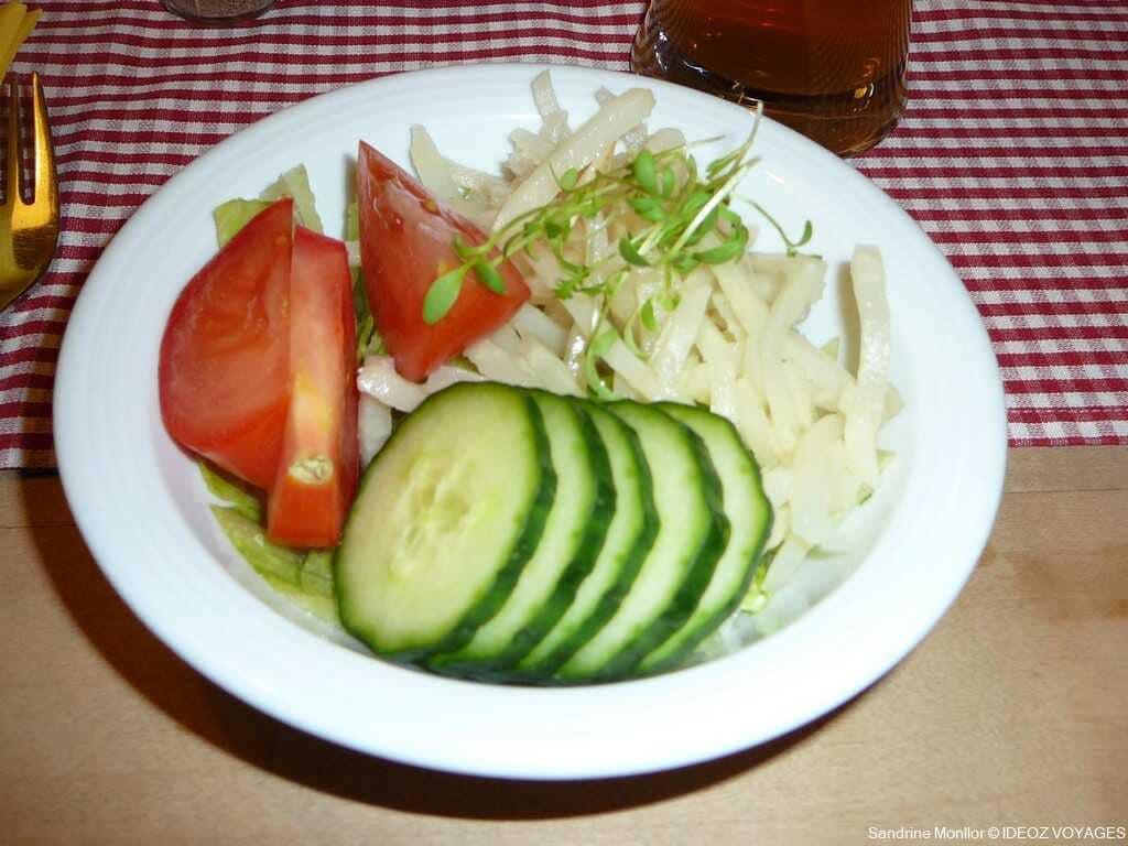 kleine salat petite salade en accompagnement des plats au landgasthof Bauerngirgl