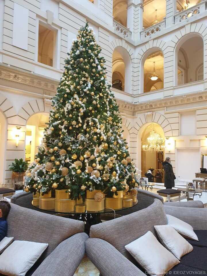 Budapest sapin de noel décoré dans un palace