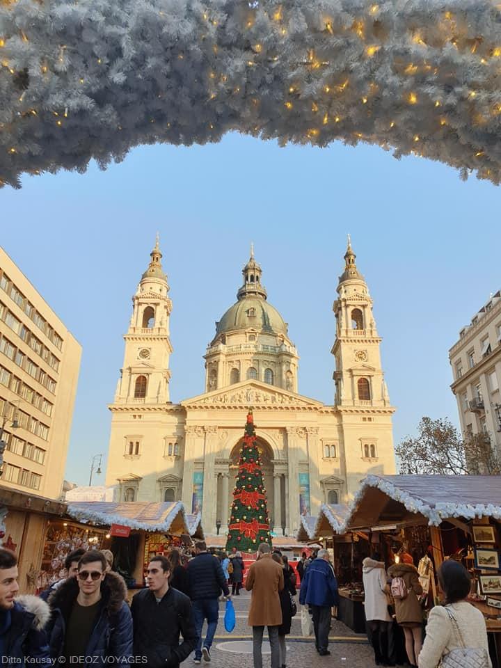 marché de noel sur la place de la basilique saint étienne à budapest