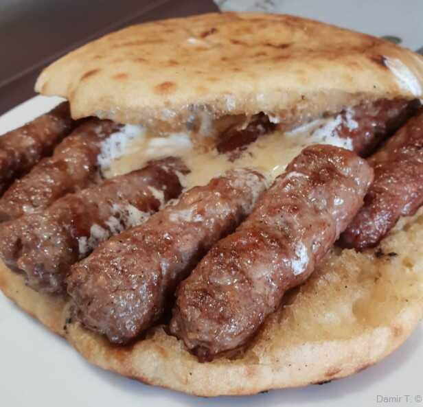 Sandwich de cevapcici à la sauce au kajmak au kremenko grill à zagreb
