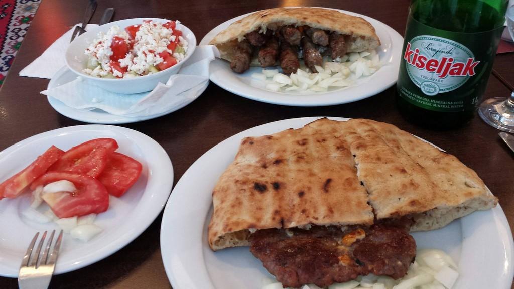 cevapcici et pljeskavica avec salade chopska au urban cafe à zagreb