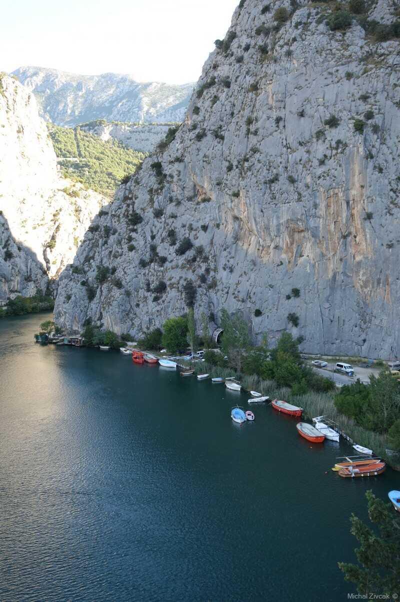 barques sur la rivière cetina à l'entrée du canyon à omis