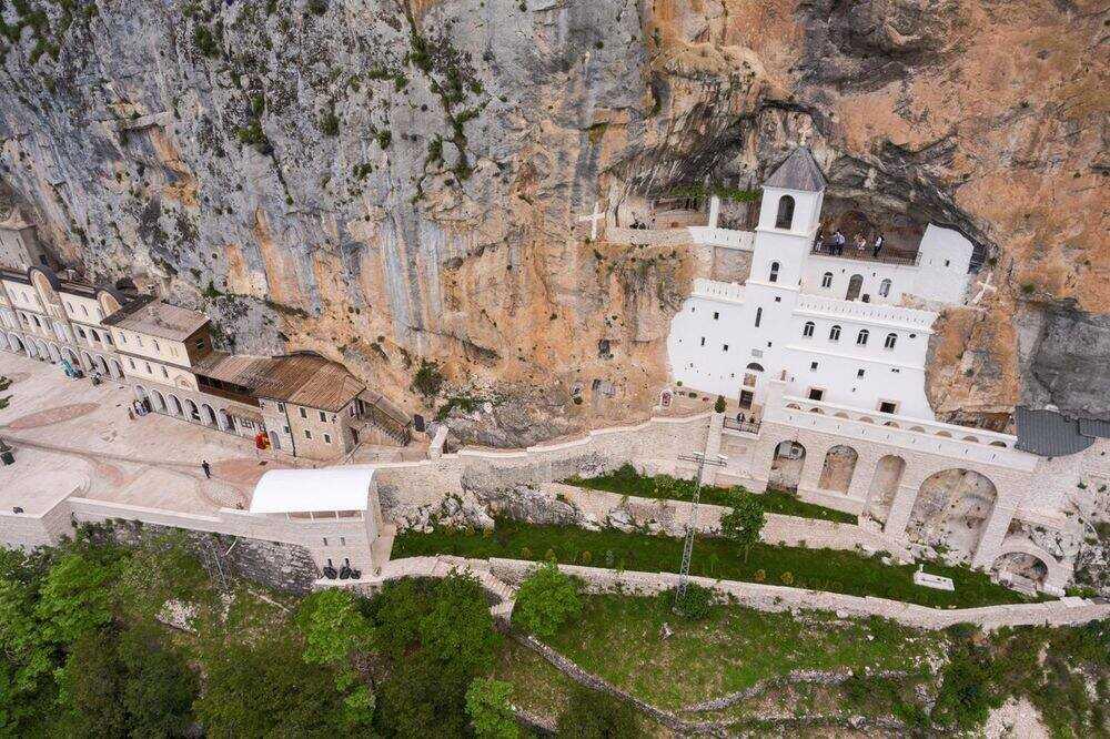 monastère d'ostrog au montenegro vu par drone