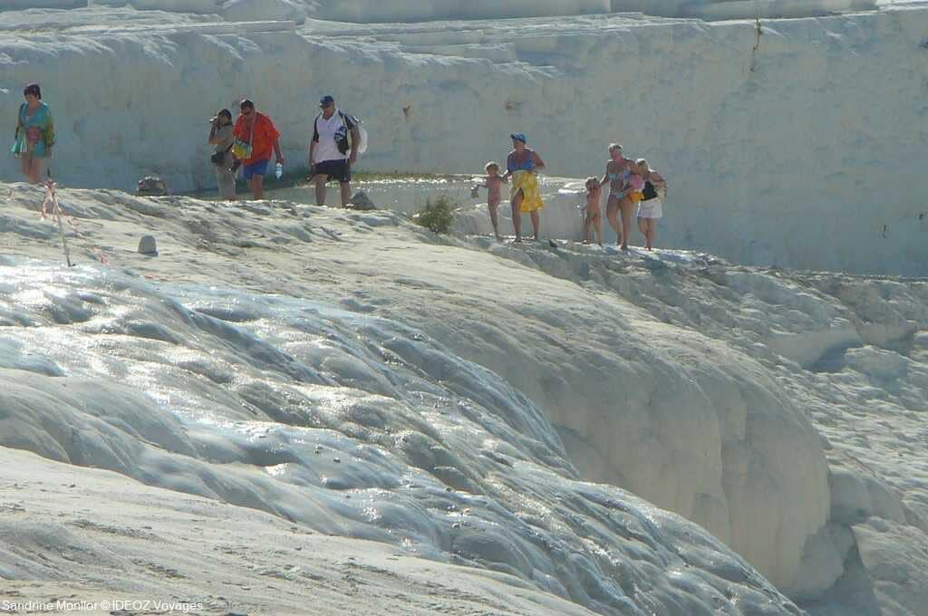 promeneurs et baigneurs à pamukkale