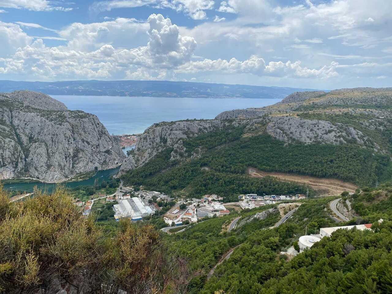 vue sur le canyon de cetina à omis depuis la campagne de la polcija