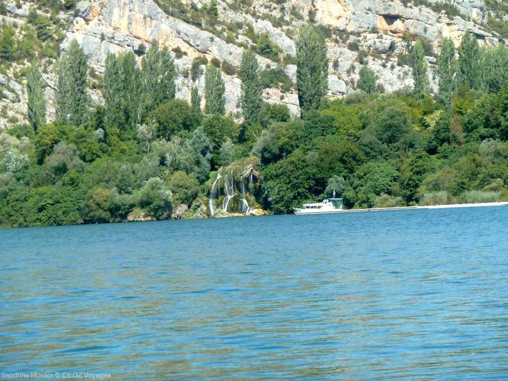 vue sur la chute ogrlice depuis le bateau lors de la balade en option lozovac roski slap