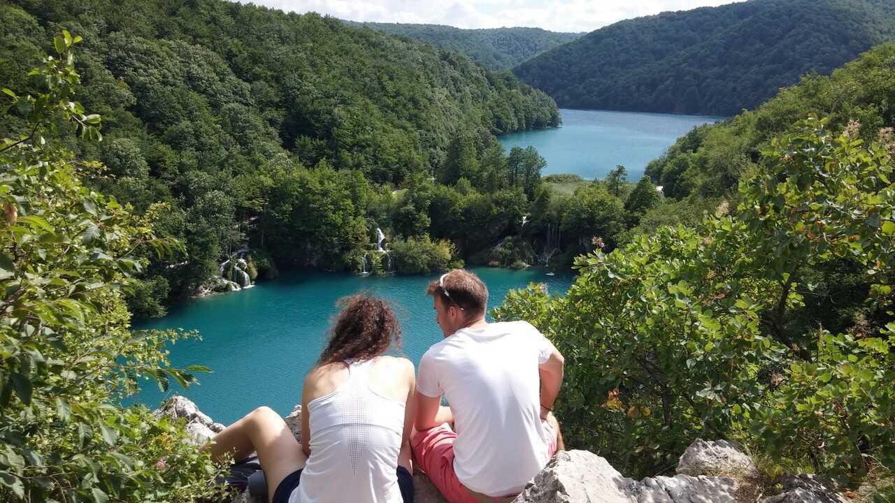 vue sur les lacs inferieurs a plitvice depuis le belvedere
