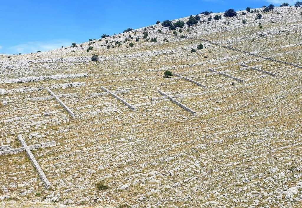 croix en hommage aux pompiers morts dans les iles kornati