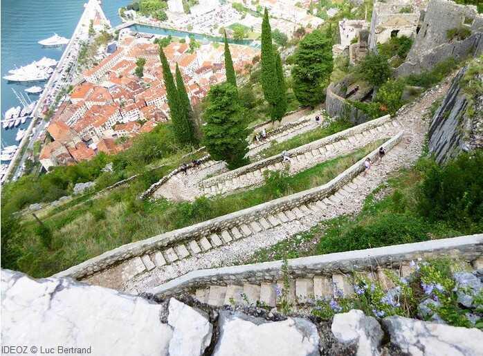 escaliers de la forteresse de kotor avec vue sur la vieille ville