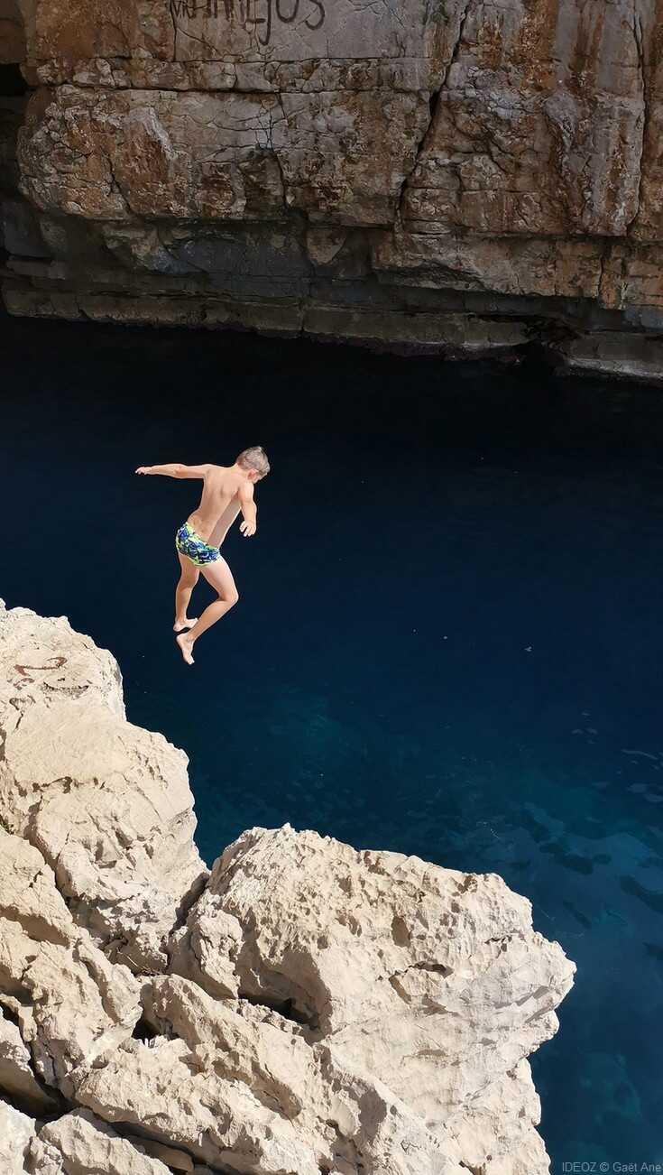 plongeon depuis le falaise dans la grotte de lodyssee de mljet