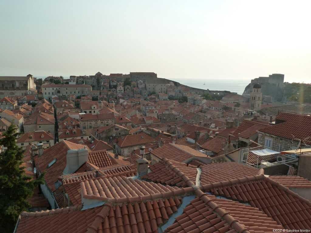 vue des toits de la vieille ville de dubrovnik depuis les remparts