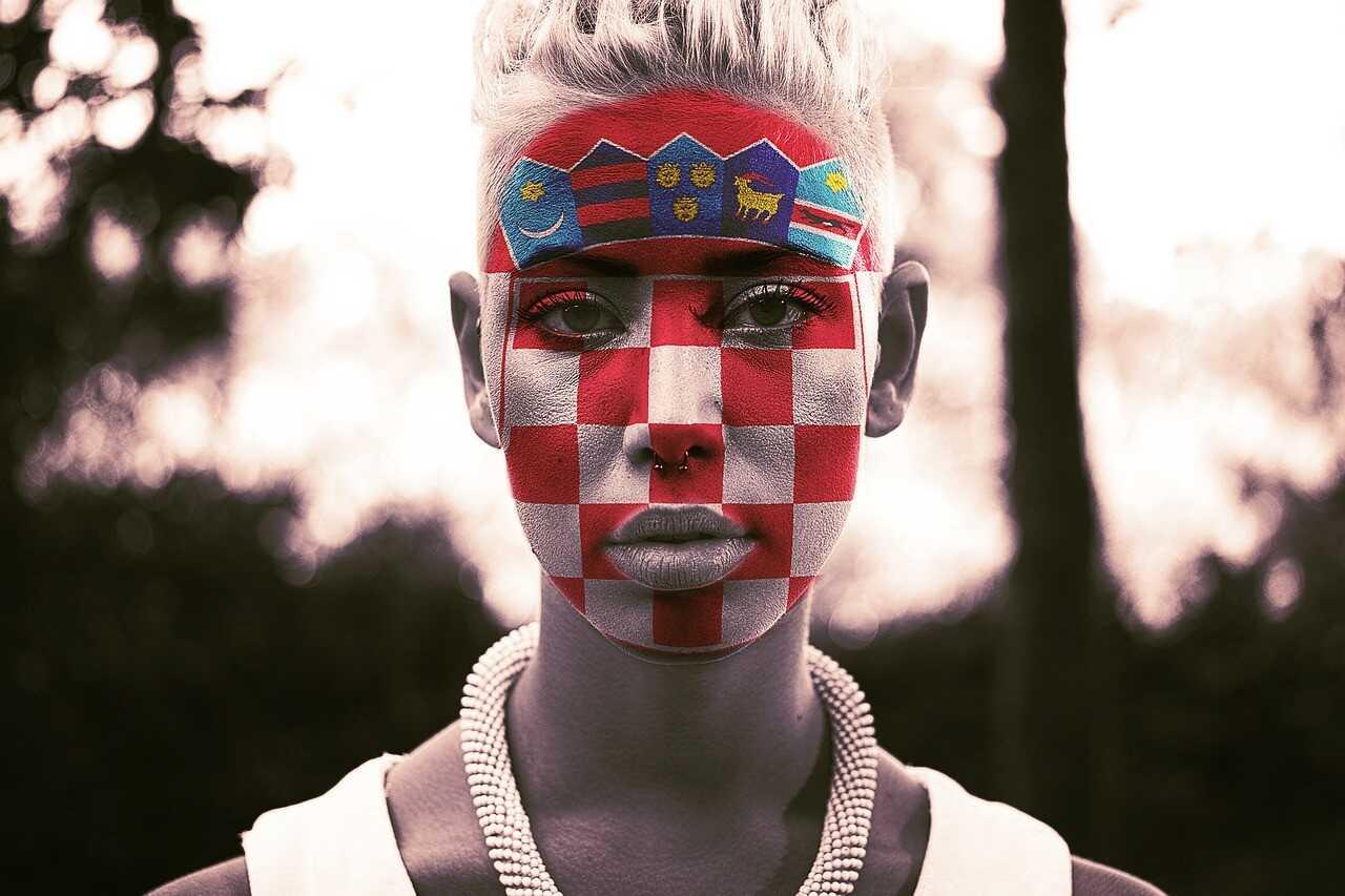 drapeau croate maquille sur le visage dune croate