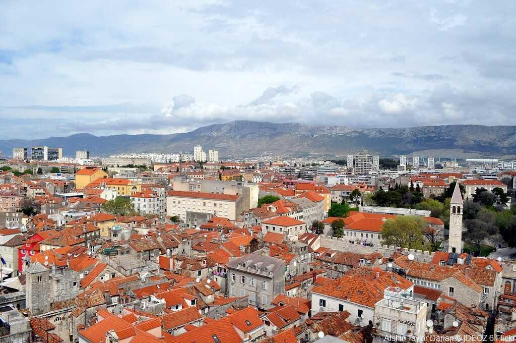 split vue des toits de la vieille ville