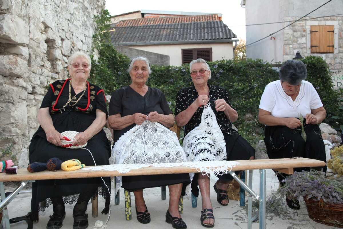 vieilles femmes croates en dalmatie en train de faire de la dentelle