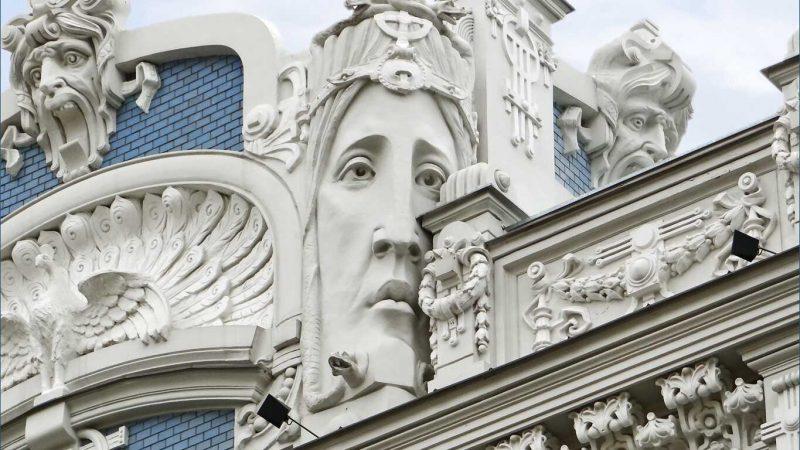 Partie supérieure de l'immeuble art nouveau (jugendstil) situé au n°10b de l'avenue Elizabeth (Elizabetes Iela) à Riga en Lettonie